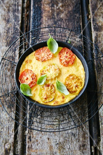 Gratinated polenta with tomatoes and basil