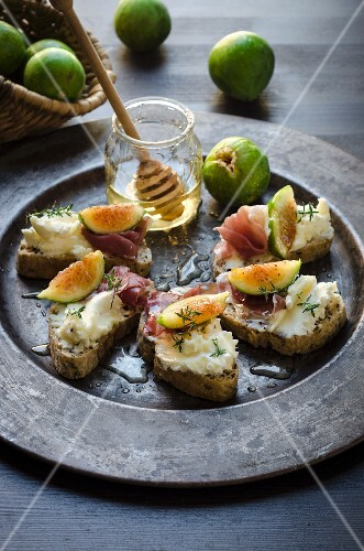 Crostini with goats' cheese and figs