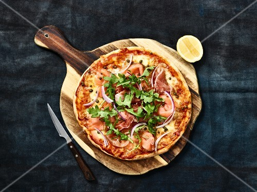 Pizza with smoked salmon and red onion