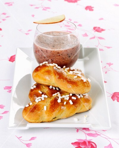 Small brioches with figs and a smoothie