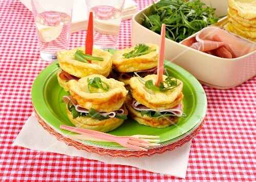 Omelette sandwiches with cured ham and rocket