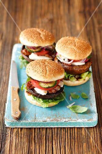 Hamburgers with grilled portobello mushrooms, mozzarella, bacon, courgette and tomato
