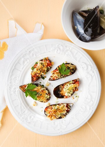 Gratinated mussels with tomato, ham and onions (Spain)