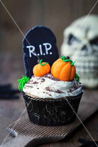 Halloween cupcake decorated with fondant pumpkins