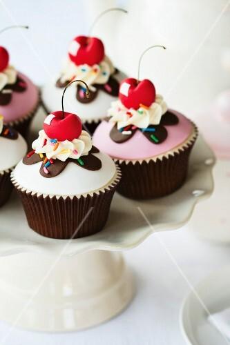 Kirsch-Cupcakes auf einer Etagere