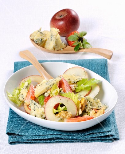 Salad with Stilton, apple and strawberries