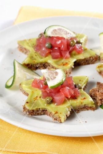 Wholemeal stars with avocado cream and tuna tartare