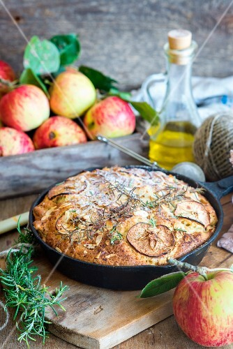 Skillet cake with olive oil, rosemary and apples