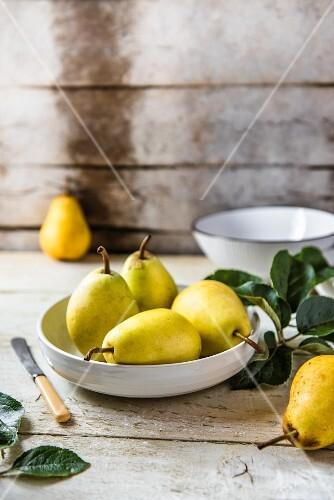 Frische Birnen in einer Schüssel auf einem Holztisch