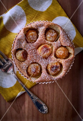 Mirabelle tart dusted with icing sugar (seen from above)