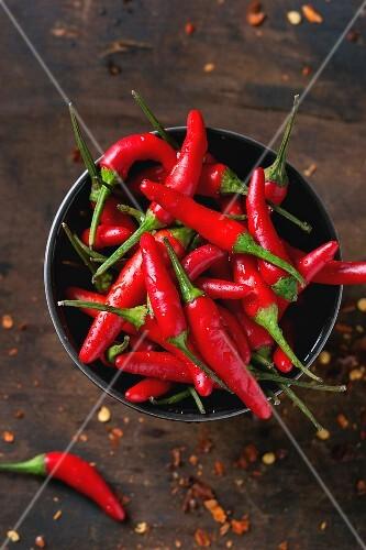 Red Hot Chili Peppers in einer Schale und getrocknete Chiliflocken