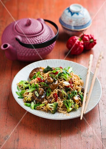 Chinese noodles with mushrooms and broccoli (vegan)