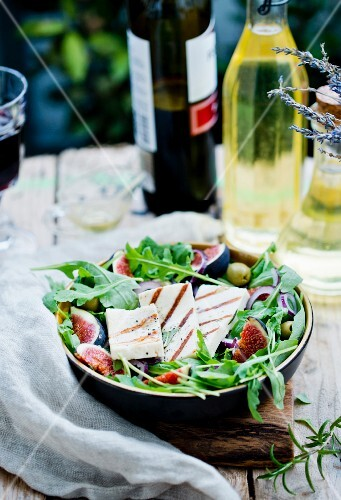 Rocket salad with grilled goats' cheese, figs and olives