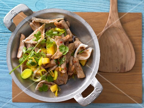 Pork strips with oyster mushrooms, pineapple and leek