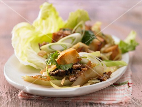 Pan-fried tofu and mushrooms in lettuce leaves (Asia)