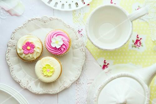 Teeservice und Cupcakes (Draufsicht)