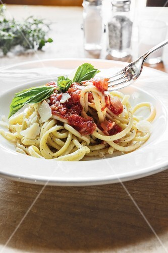 Spaghetti with tomato sauce, Parmesan and basil