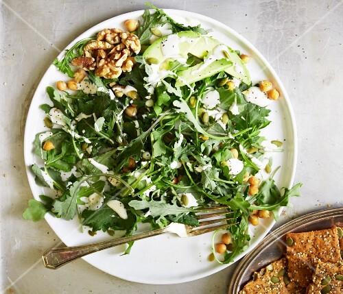 Kohl-Rucola-Salat mit Avocado und Walnüssen