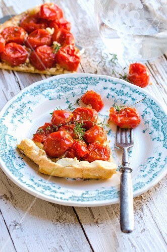 Tarte tatin with tomatoes and thyme