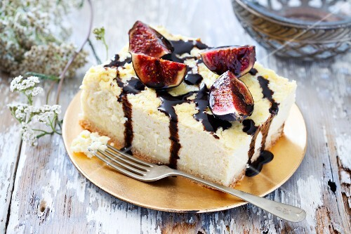 Cheesecake with millet, fig and chocolate sauce