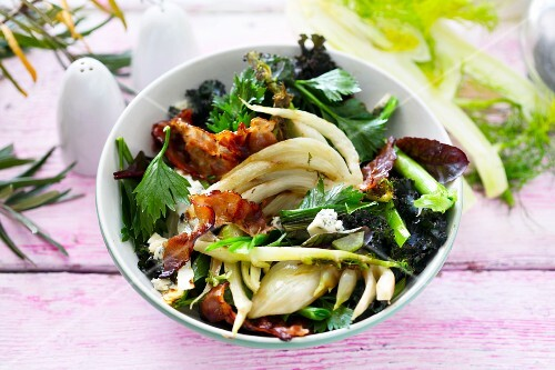 Leaf salad with grilled fennel, bacon and blue cheese
