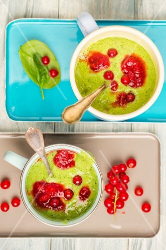 Kiwi, spinach and banana smoothie with redcurrants