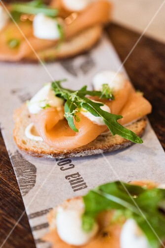 Crostini with smoked salmon and rocket