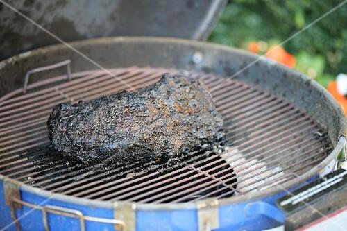 Pulled Pork På Gasgrill : Bbq pulled pork am stück mit schwarzer kruste auf dem grill u2013 bild