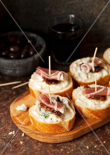 Crostini with gorgonzola, Prosciutto and fig chutney