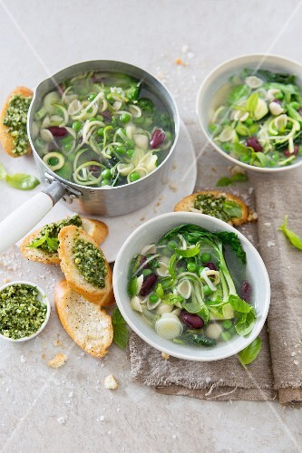 Green vegetable soup with pesto and bruschetta