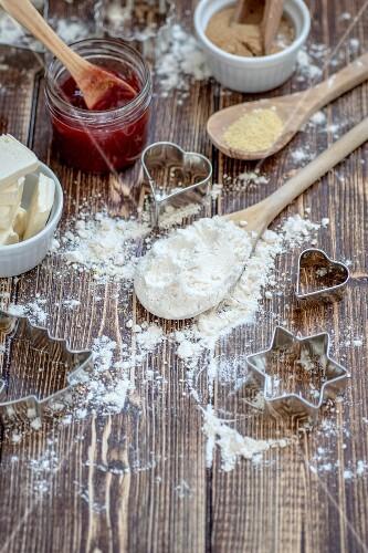 Zutaten für Spitzbuben-Plätzchen: Butter, Mehl, Marmelade, Rohrzucker