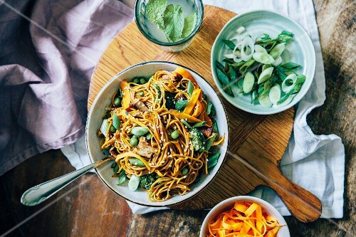 Noodles with carrots, peas, leek and sesame seeds