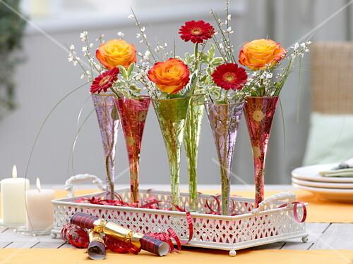 silvester tischdeko mit rosen und bild kaufen 12162257 friedrich strauss gartenbildagentur. Black Bedroom Furniture Sets. Home Design Ideas