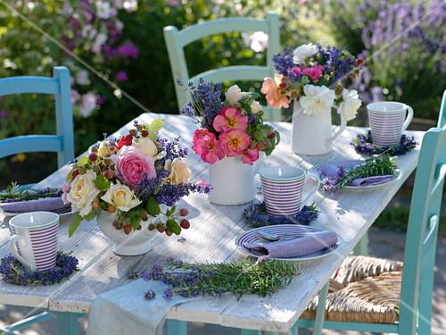 Sommerliche Tischdeko Mit Rosen Bild Kaufen 12166807