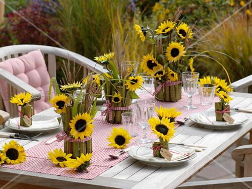 tischdeko mit sonnenblumen und bild kaufen 12168613 friedrich strauss gartenbildagentur. Black Bedroom Furniture Sets. Home Design Ideas