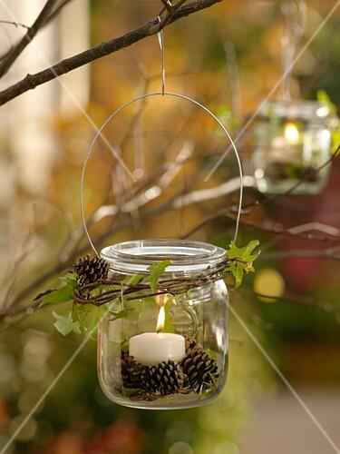Einmachglas als Windlicht mit Drahtbügel an Baum gehängt – Bild ...