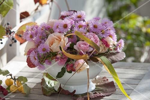strauss mit rosa rosen aster herbstastern und bl ttern von bergenia bild kaufen. Black Bedroom Furniture Sets. Home Design Ideas