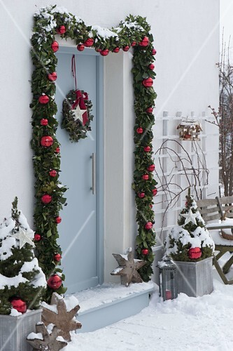 Haustur Mit Girlande Weihnachtlich Bild Kaufen 12184799