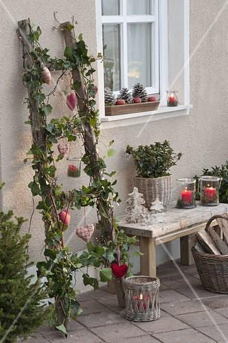 alte holzleiter weihnachtlich dekoriert mit hedera efeu led lichterkette bild kaufen. Black Bedroom Furniture Sets. Home Design Ideas
