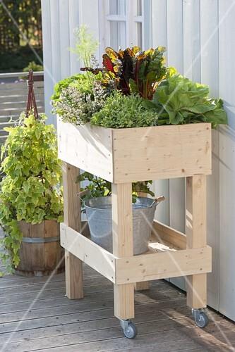 rollbares hochbeet auf balkon selbst bauen und mit gem se bepflanzen bild kaufen friedrich. Black Bedroom Furniture Sets. Home Design Ideas