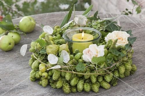 gr ner hopfenkranz mit rosenblueten bild kaufen 12197271 friedrich strauss. Black Bedroom Furniture Sets. Home Design Ideas