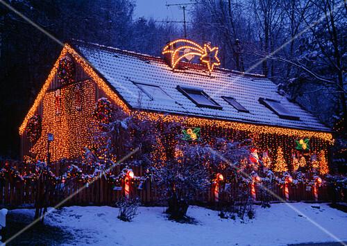 Haus Weihnachtsbeleuchtung.Weihnachtsbeleuchtung An Haus Und Bild Kaufen 12203935