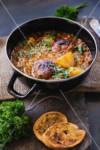 Kartoffel-Fleisch-Eintopf mit Tomatensauce