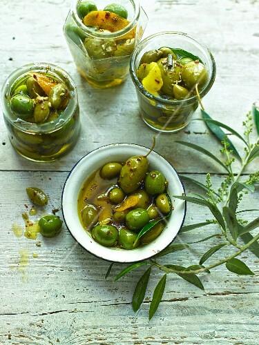 Gläser mit eingelegten Oliven
