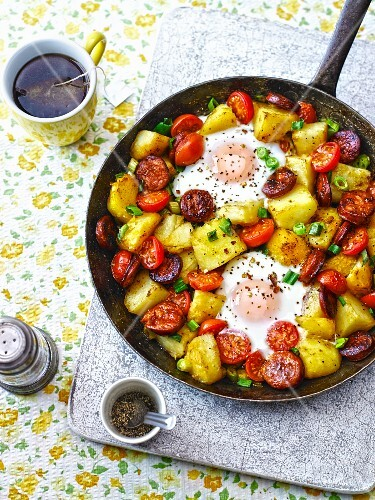 Kartoffelpfanne mit Eiern, Chorizo und Tomaten