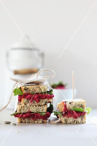 Sandwiches mit Roter Bete und Salat zum Mitnehmen