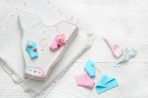 'Baby-Reveal-Cake' with fondant icing for a baby shower