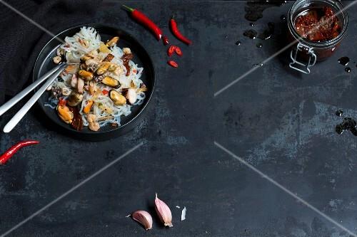 Konjak-Spaghetti aglio e olio mit Meeresfrüchten (Low Carb)