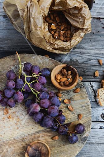 Rote Weintraubenn und Aprikosenkerne