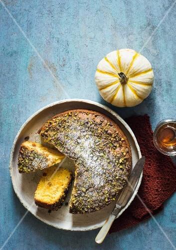 Kürbis-Aprikosen-Kuchen mit Pistazien, angeschnitten